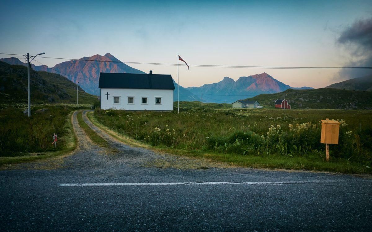 Countrysidde road and house. Photo by Vidar Nordlin-Mathisen taken at Hovden, Norway.